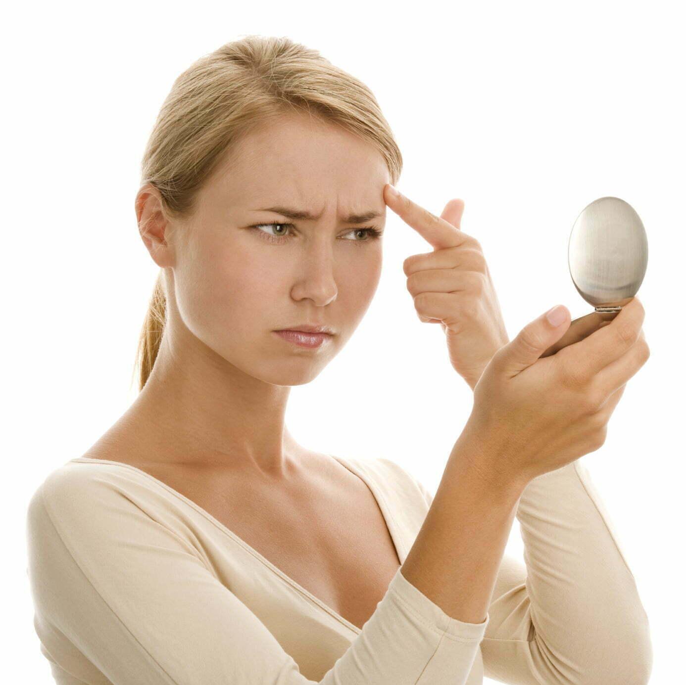 woman-wrinkles-mirror